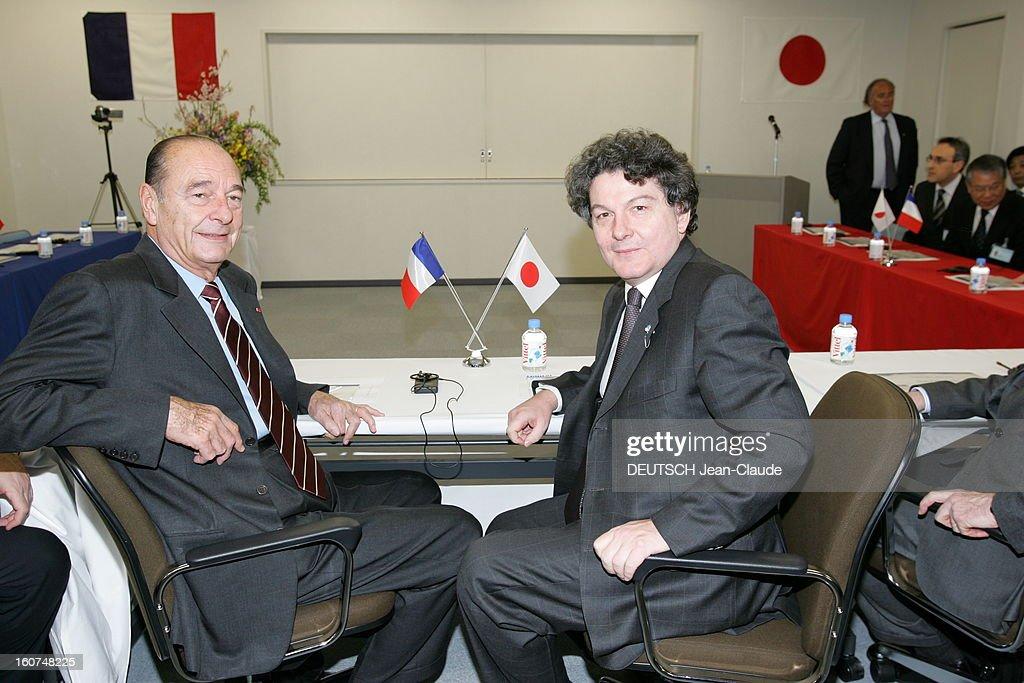 <a gi-track='captionPersonalityLinkClicked' href=/galleries/search?phrase=Jacques+Chirac&family=editorial&specificpeople=165237 ng-click='$event.stopPropagation()'>Jacques Chirac</a> Official Travel In Japan. Jacques CHIRAC posant avec Thierry BRETON assis côte à côte dans une pièce lors de la visite de l'usine Digital Electronics Schneider à OSAKA .