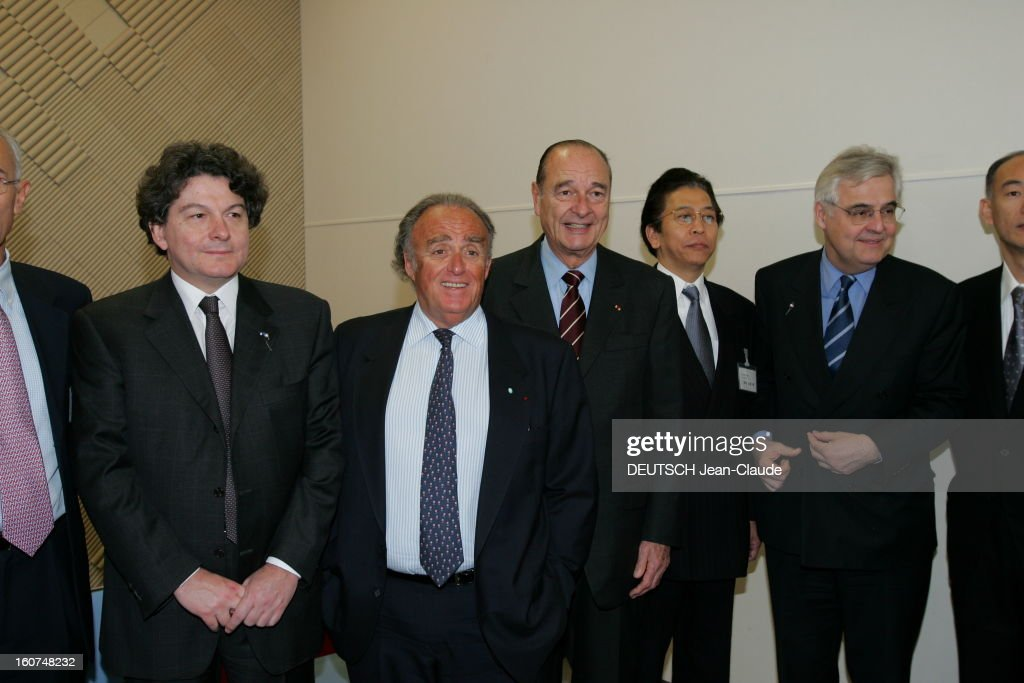 <a gi-track='captionPersonalityLinkClicked' href=/galleries/search?phrase=Jacques+Chirac&family=editorial&specificpeople=165237 ng-click='$event.stopPropagation()'>Jacques Chirac</a> Official Travel In Japan. Jacques CHIRAC posant avec Thierry BRETON, Henri LACHMANN, Pdg de Schneider Electronic, François D'AUBERT et des personnes non identifiées lors de la visite de l'usine Digital Electronics Schneider à OSAKA .