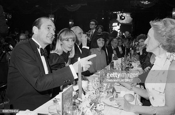 Jacques Chirac sa femme Bernadette et Dany Saval à l'anniversaire des 50 ans de carrière de Loulou Gasté au Paradis Latin à Paris France le 22 mars...