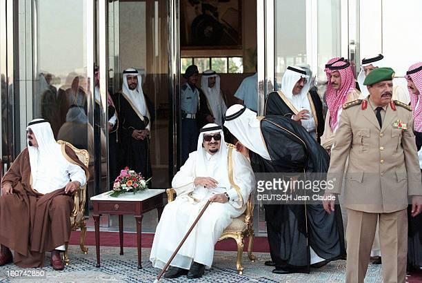 Jacques Chirac Trip In Saudi Arabia En Arabie Saoudite en juillet 1996 Le roi FAHD assis avec des lunettes de soleil et sa canne lors de la visite...
