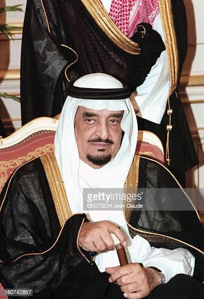 Jacques Chirac Trip In Saudi Arabia En Arabie Saoudite en juillet 1996 Portrait du roi FAHD assis tenant une canne lors de la visite officielle du...
