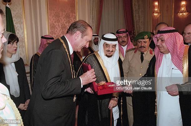 Jacques Chirac Trip In Saudi Arabia En Arabie Saoudite en juillet 1996 Jacques CHIRAC en visite officielle à Riyad recevant un coffret avec une...