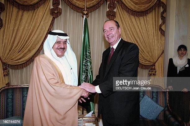 Jacques Chirac Trip In Saudi Arabia En Arabie Saoudite en juillet 1996 Jacques CHIRAC en visite officielle à Riyad serrant la main d'un dignitaire du...