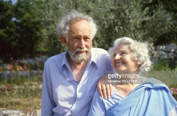 Jacques de Bourbon Busset de l'Académie française dans sa maison du sud de la France avec sa femme en juin 1982