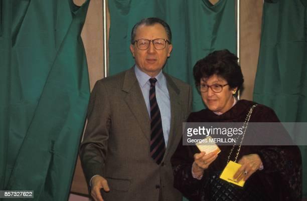 Jacques Delors et sa femme Marie votent lors du referendum sur le traite de Maastricht le 20 septembre 1992 a Clichy France