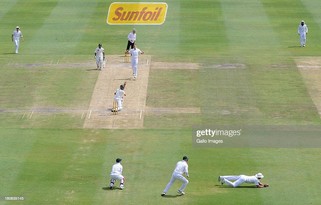 Jacques Kallis of South Africa misses a chance in the slips during day 4 of the 1st Test match between South Africa and Pakistan at Bidvest Wanderers Stadium on February 4, 2013 in Johannesburg, South Africa.