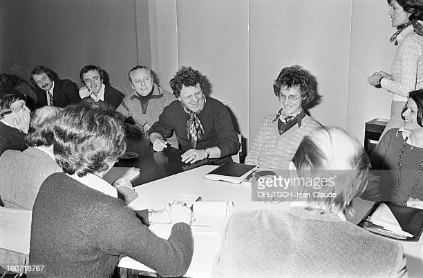 Jacques Martin And His Team Prepare The Show La Lorgnette A Paris dans une salle de réunion du Théâtre de l'Empire lors de la préparation de...