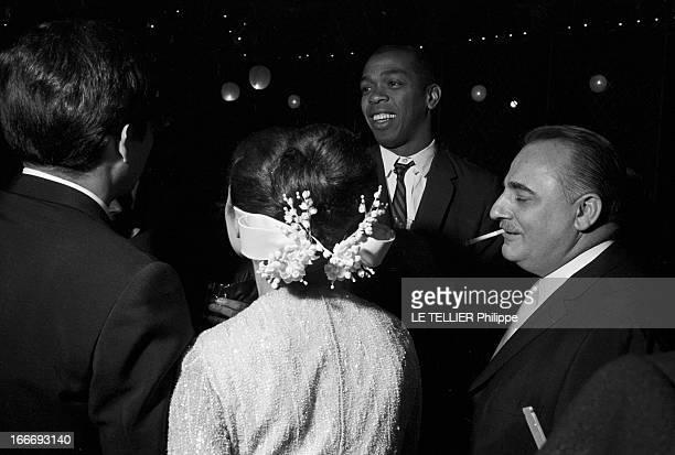 Jacques Ourevitch Marries Patricia Coquatrix Le 02 mai 1965 à Paris Patricia COQUATRIK et Jacques OUREVITCH de dos le jour de leur mariage discutant...
