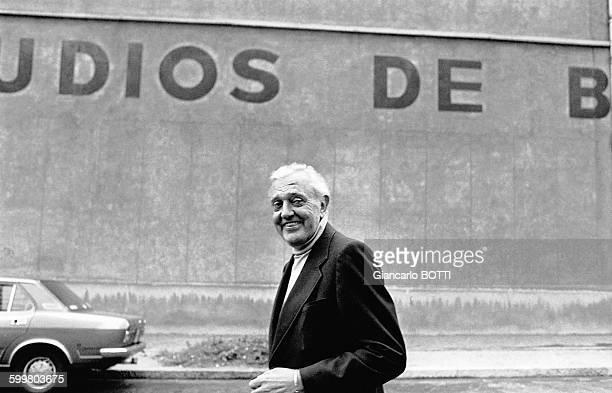 Jacques Tati devant les studios de Boulogne en 1976 à BoulogneBillancourt France