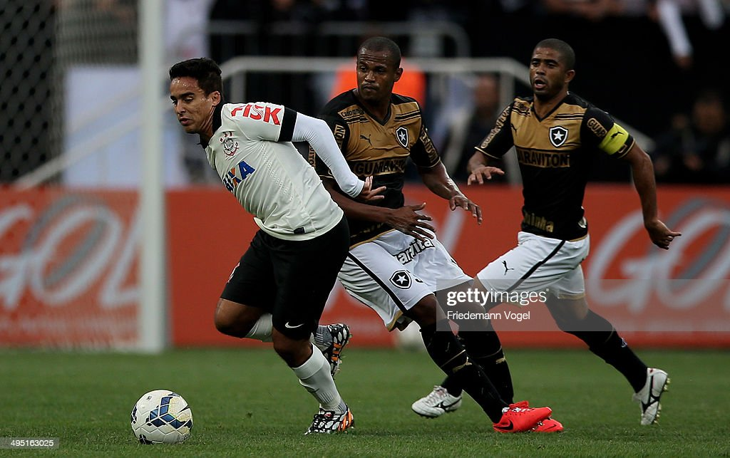 <a gi-track='captionPersonalityLinkClicked' href=/galleries/search?phrase=Jadson&family=editorial&specificpeople=3964470 ng-click='$event.stopPropagation()'>Jadson</a> of Corinthians fights for the ball with Airton and Junior Cesar of Botafogo during the match between Corinthians and Botafogo for the Brazilian Series A 2014 at Arena Corinthians on June 1, 2014 in Sao Paulo, Brazil.