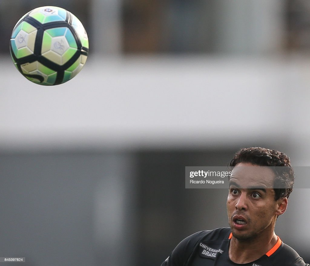 Jadson #10 of Corinthians in action during the match between Santos and Corinthians as a part of Campeonato Brasileiro 2017 at Vila Belmiro Stadium on September 10, 2017 in Santos, Brazil.