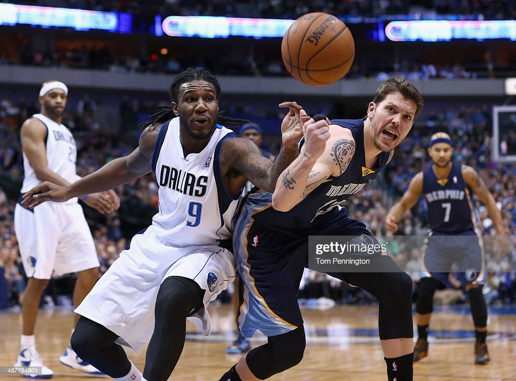 Jae Crowder #9 of the Dallas Mavericks scrambles for the ball against Mike Miller #13 of the Memphis Grizzlies at American Airlines Center on December 18, 2013 in Dallas, Texas.