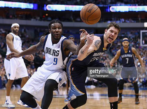 Jae Crowder of the Dallas Mavericks scrambles for the ball against Mike Miller of the Memphis Grizzlies at American Airlines Center on December 18...