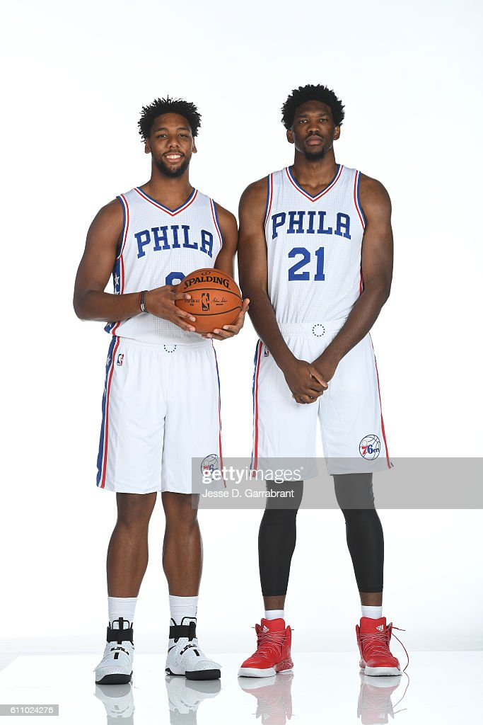 ¿Cuánto mide Joel Embiid? - Real height Jahlil-okafor-of-the-philadelphia-76ers-and-joel-embiid-of-the-76ers-picture-id611024276