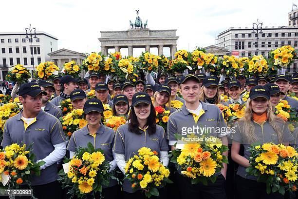 Zum Jubiläum Verteilen 100 Blumenboten Kostenlose Blumensträusse Vor Dem Brandenburger Tor In Berlin