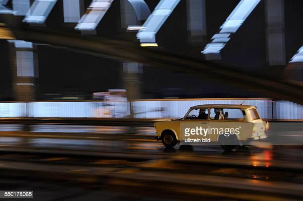 20 Jahre Mauerfall PKW Trabant fährt über die Bösebrücke in Berlin