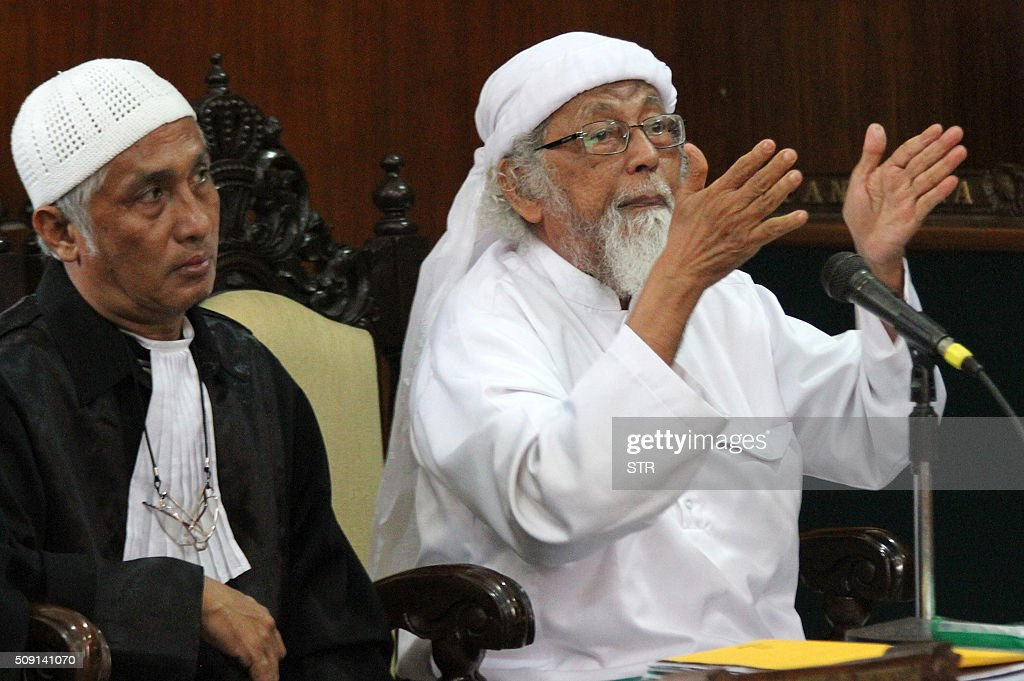 Jailed Indonesian cleric Abu Bakar Bashir (R) gestures during a court appearance in Cilacap, Central Java on February 9, 2016. Bashir, regarded as a spiritual leader of militant Islam in Indonesia, seeks to overturn his 2011 conviction for funding a militant group. AFP PHOTO / AFP / STR