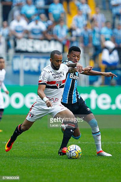 Jailson of Gremio battles for the ball against Wesley of Sao Paulo during the match Gremio v Sao Paulo as part of Brasileirao Series A 2016 at Arena...