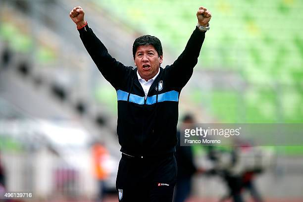 Jaime Vera head coach of Deportes Iquique shouts instructions to his players during a match between Deportes Iquque and U de Chile as part of 12...
