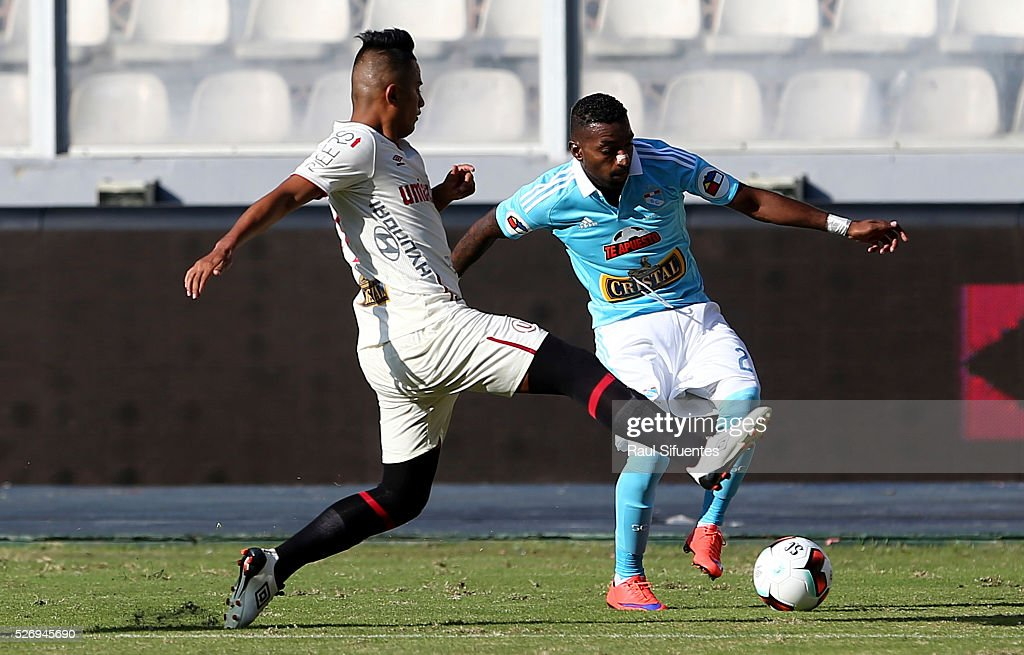Jair Cespedes (R) of Sporting Cristal struggles for the ball with Diego Chavez (L) of Universitario during a match between Sporting Cristal and Universitario as part of Torneo Apertura 2016 at Nacional Stadium on May 01, 2016 in Lima, Peru.