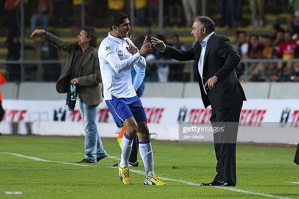 Jair Pereira (L) and Guillermo Vasquez (R), coach of Cruz Azul during a match against Morelia as part of the Clausura 2013 Liga MX at Morelos Stadium on january 04, 2013 in Morelia, Mexico.