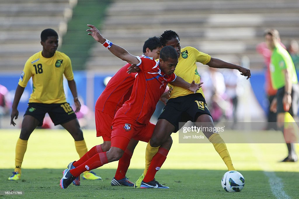 Jairo Jimenez (L) of Panama struggles for the ball with Keneil Kirlew (R) of Jamaica during the championship game of the U-20 CONCACAF zone in the Cuauhtemoc stadium on February 23, 2013 in Puebla, Mexico