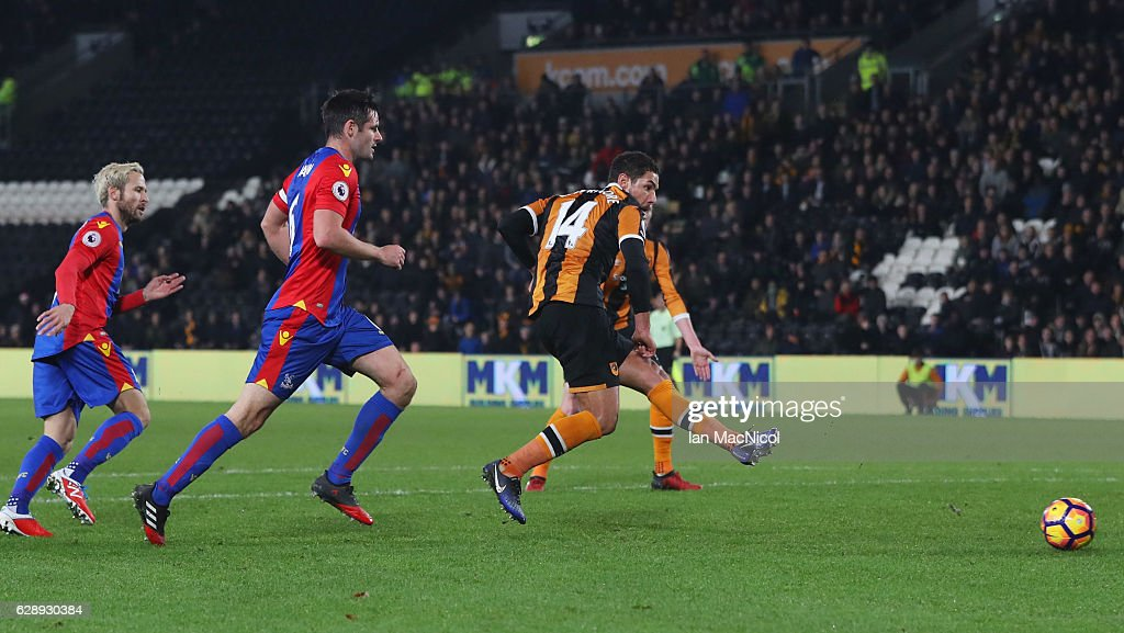 Jake Livermore of Hull City scores their third goal during the Premier League match between Hull City and Crystal Palace at KCOM Stadium on December 10, 2016 in Hull, England.