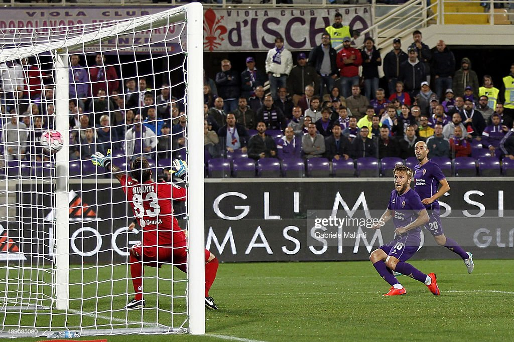 Jakub Blaszczykowski of ACF Fiorentina scores the opening goal during the Serie A match between ACF Fiorentina and Bologna FC at Stadio Artemio...