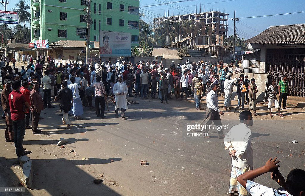 Jamaat-e-Islami activists block the road during clashes with police in Cox's Bazar in the country's southeastern region on February 15, 2013. Clashes between Bangladeshi police and hardline Islamists killed four people Friday during a new round of protests over war crimes trials as the unrest spread to the country's main tourist resort. AFP PHOTO