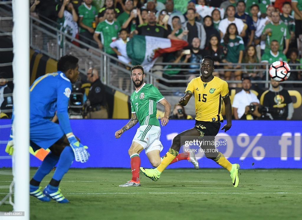 Jamaica's goalkeeper Andre Blake (L) and Je-Vaughn Watson (R) and Mexico's Miguel Layun eye the ball during their Copa America Centenario football tournament match in Pasadena, California, United States, on June 9, 2016. / AFP / Mark Ralston
