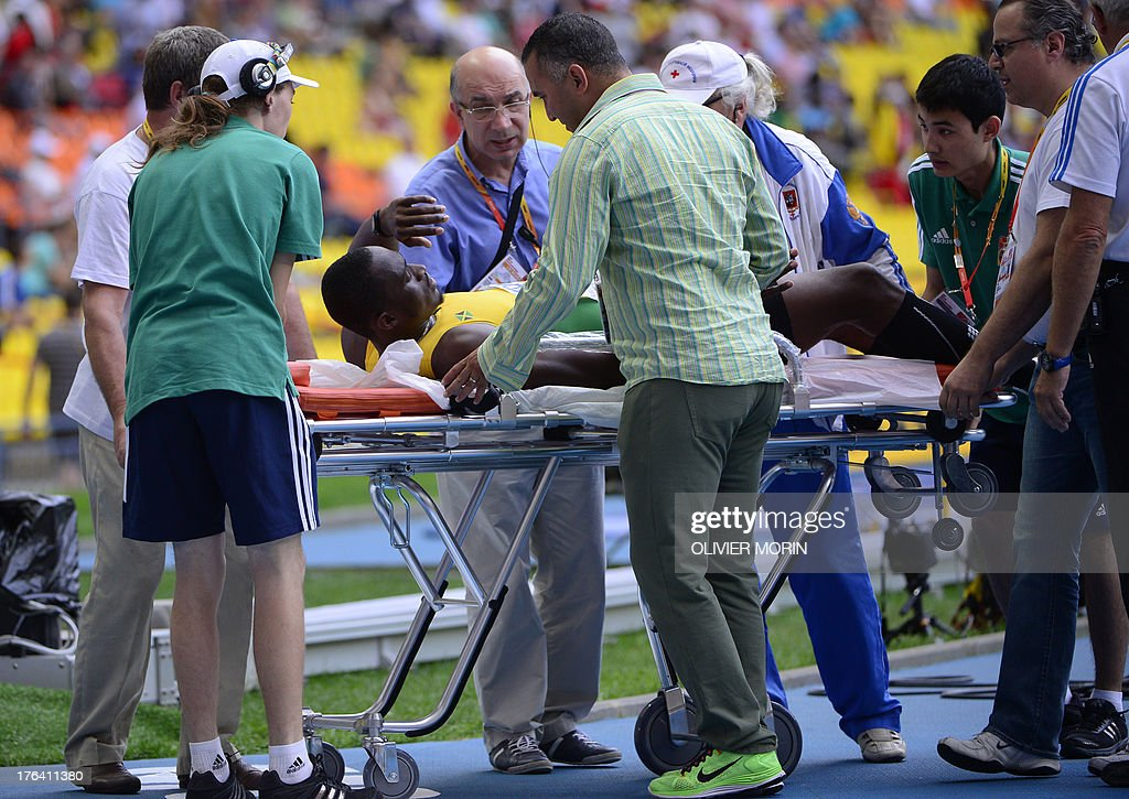 Jamaica's Hansle Parchment lies on a stretcher after falling during the men's 110 metres hurdles semi-final at the 2013 IAAF World Championships at the Luzhniki stadium in Moscow on August 12, 2013. AFP PHOTO / OLIVIER MORIN