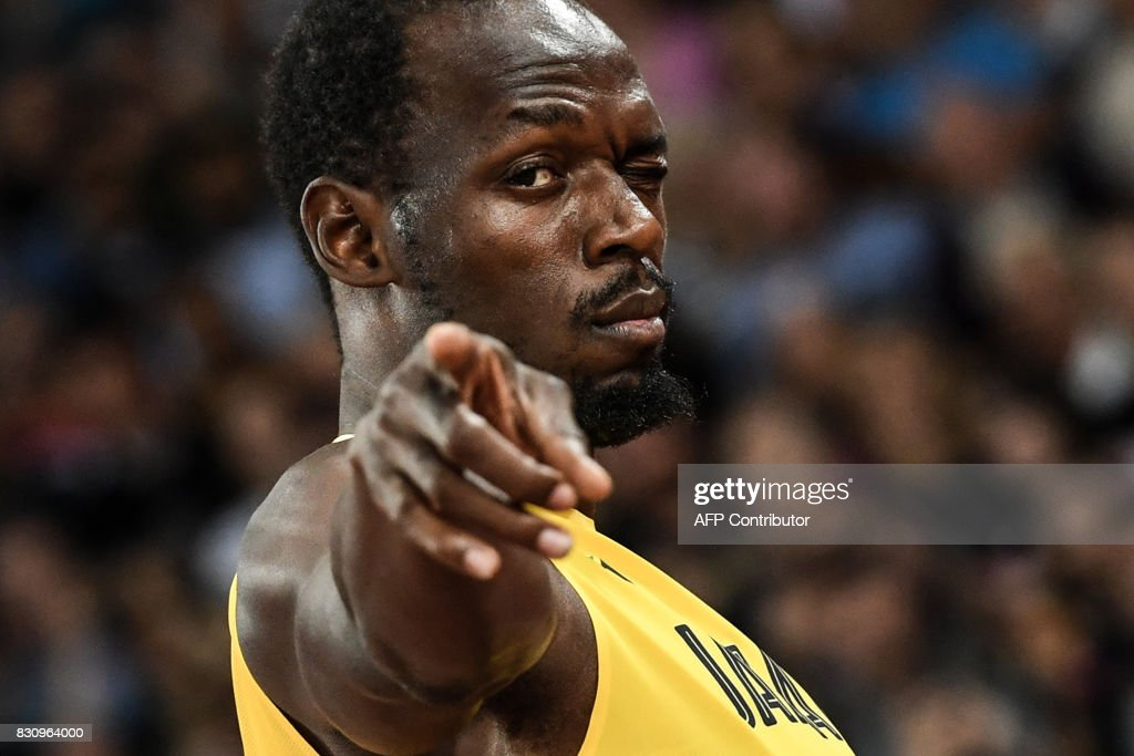 TOPSHOT - Jamaica's Usain Bolt gestures to the crowd before the start of the final of the men's 4x100m relay athletics event at the 2017 IAAF World Championships at the London Stadium in London on August 12, 2017. / AFP PHOTO / Kirill KUDRYAVTSEV