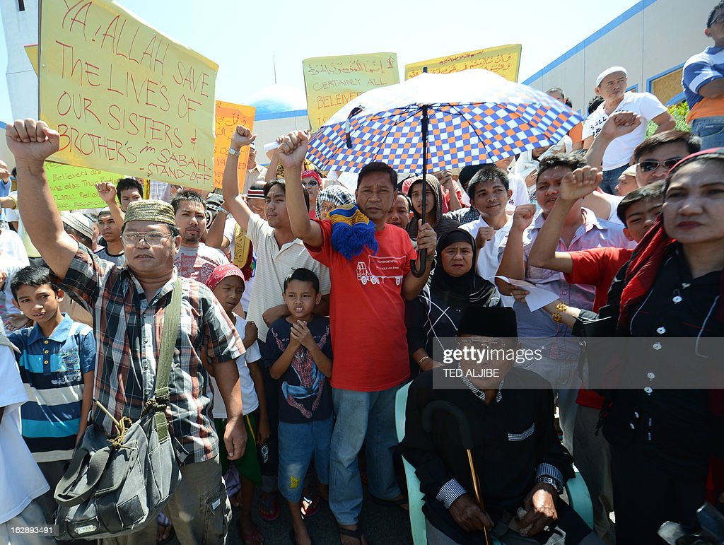 Jamalul Kiram III (seated, R), 74-year-old sultan, listen to speeches as his supporters shout 'allahu Akbar' during a rally after attending Friday prayers at a mosque in Manila on March 1, 2012, where Malaysian authorities ended the Sabah stand-off with Filipino gunmen. Philippines says 3 dead, 10 arrested in Malaysia Sabah stand-off.