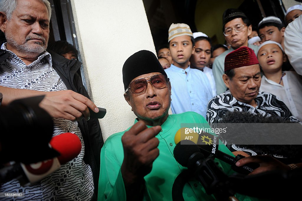 Jamalul Kiram, the sultan of the southern Philippine island chain of Sulu, tells reporters that his followers who have crossed over to the Malaysian state of Sabah, will not be leaving despite calls by both the Malaysian and Philippines governments for them to depart and end a stand-off that has lasted over a week at the Blue Mosque in Manila on February 22, 2013. Kiram told reporters during Friday prayers that his followers had a right to remain in Sabah because his sultanate still had sovereignty over the Malaysian state.