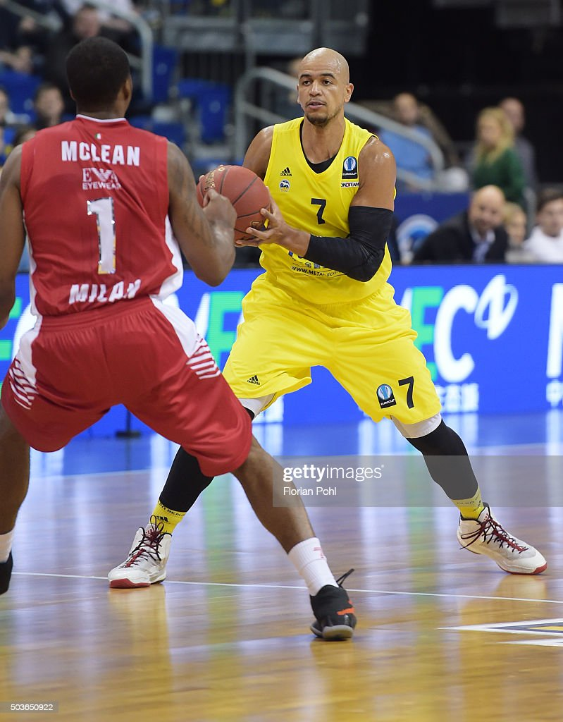 Jamel McLean of Emporio Armani Mailand and Alex King of ALBA Berlin during the game between Alba Berlin and Emporio Armani Mailand on january 6 2016...