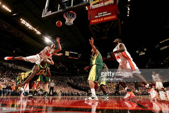 James Augustine of the Illinois Fighting Illini shoots over Ivan Johnson of the Oregon Ducks during the Pape Jam on December 10 2005 at The Rose...