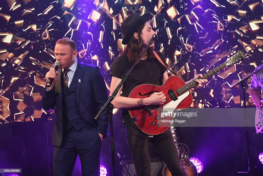 <a gi-track='captionPersonalityLinkClicked' href=/galleries/search?phrase=James+Bay+-+Cantante&family=editorial&specificpeople=13862101 ng-click='$event.stopPropagation()'>James Bay</a> performs with <a gi-track='captionPersonalityLinkClicked' href=/galleries/search?phrase=Wayne+Rooney&family=editorial&specificpeople=157598 ng-click='$event.stopPropagation()'>Wayne Rooney</a> during the England Footballers Foundation charity event at Sopwell House on May 29, 2016 in St Albans, England.