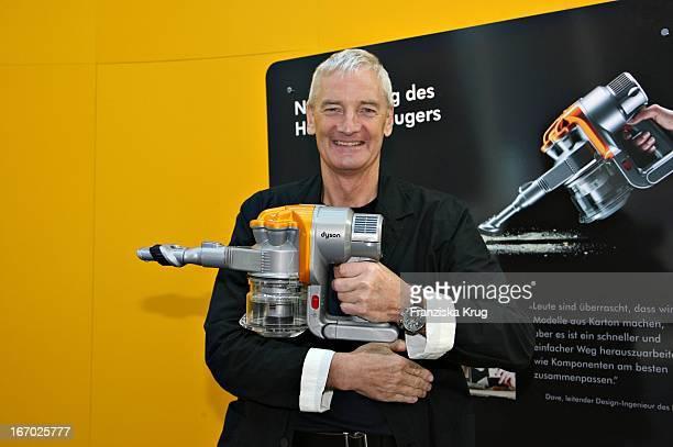James Dyson Mit Einem Handstaubsauger Am Rande Der Verleihung Des 'James Dyson Award 2007' Am Mittwoch In Der Britischen Botschaft In Berlin