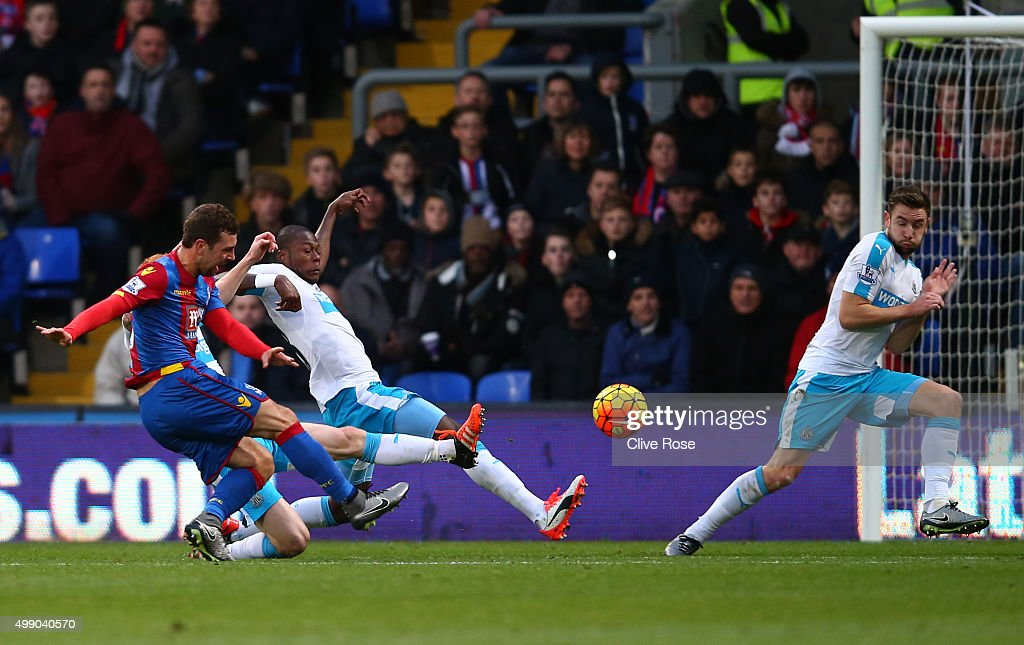 James McArthur (1st L) of Crystal Palace scores his team's first goal during the Barclays Premier League match between Crystal Palace and Newcastle United at Selhurst Park on November 28, 2015 in London, England.