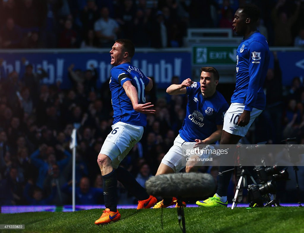 <a gi-track='captionPersonalityLinkClicked' href=/galleries/search?phrase=James+McCarthy+-+Soccer+Player&family=editorial&specificpeople=8984734 ng-click='$event.stopPropagation()'>James McCarthy</a> of Everton (16) celebrates with <a gi-track='captionPersonalityLinkClicked' href=/galleries/search?phrase=Seamus+Coleman&family=editorial&specificpeople=6005260 ng-click='$event.stopPropagation()'>Seamus Coleman</a> (C) and <a gi-track='captionPersonalityLinkClicked' href=/galleries/search?phrase=Romelu+Lukaku&family=editorial&specificpeople=6342802 ng-click='$event.stopPropagation()'>Romelu Lukaku</a> (R) as he scores their first goal during the Barclays Premier League match between Everton and Manchester United at Goodison Park on April 26, 2015 in Liverpool, England.