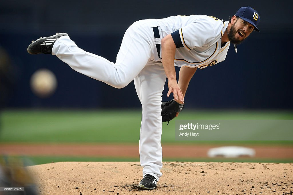 <a gi-track='captionPersonalityLinkClicked' href=/galleries/search?phrase=James+Shields+-+Jogador+de+basebol&family=editorial&specificpeople=8138267 ng-click='$event.stopPropagation()'>James Shields</a> #33 of the San Diego Padres pitches during the first inning of a baseball game against the San Francisco Giants at PETCO Park on May 19, 2016 in San Diego, California.