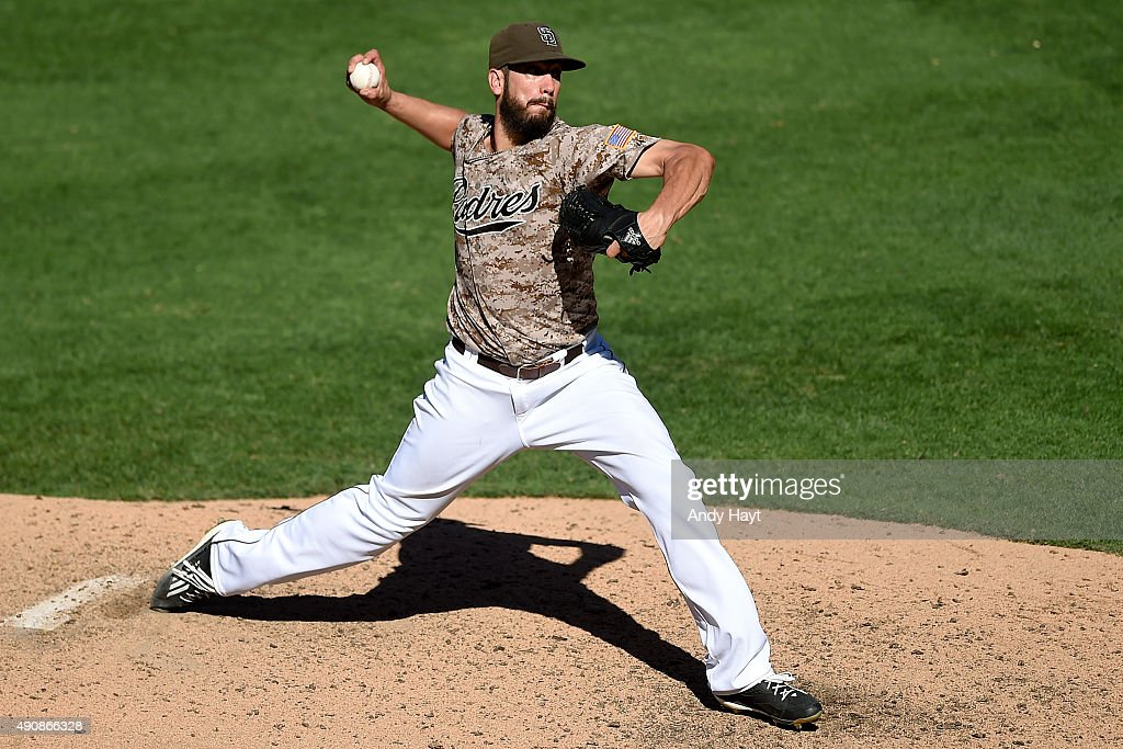 <a gi-track='captionPersonalityLinkClicked' href=/galleries/search?phrase=James+Shields+-+Jugador+de+b%C3%A9isbol&family=editorial&specificpeople=8138267 ng-click='$event.stopPropagation()'>James Shields</a> #33 of the San Diego Padres pitches during the game against the Arizona Diamondbacks at Petco Park on September 27, 2015 in San Diego, California.