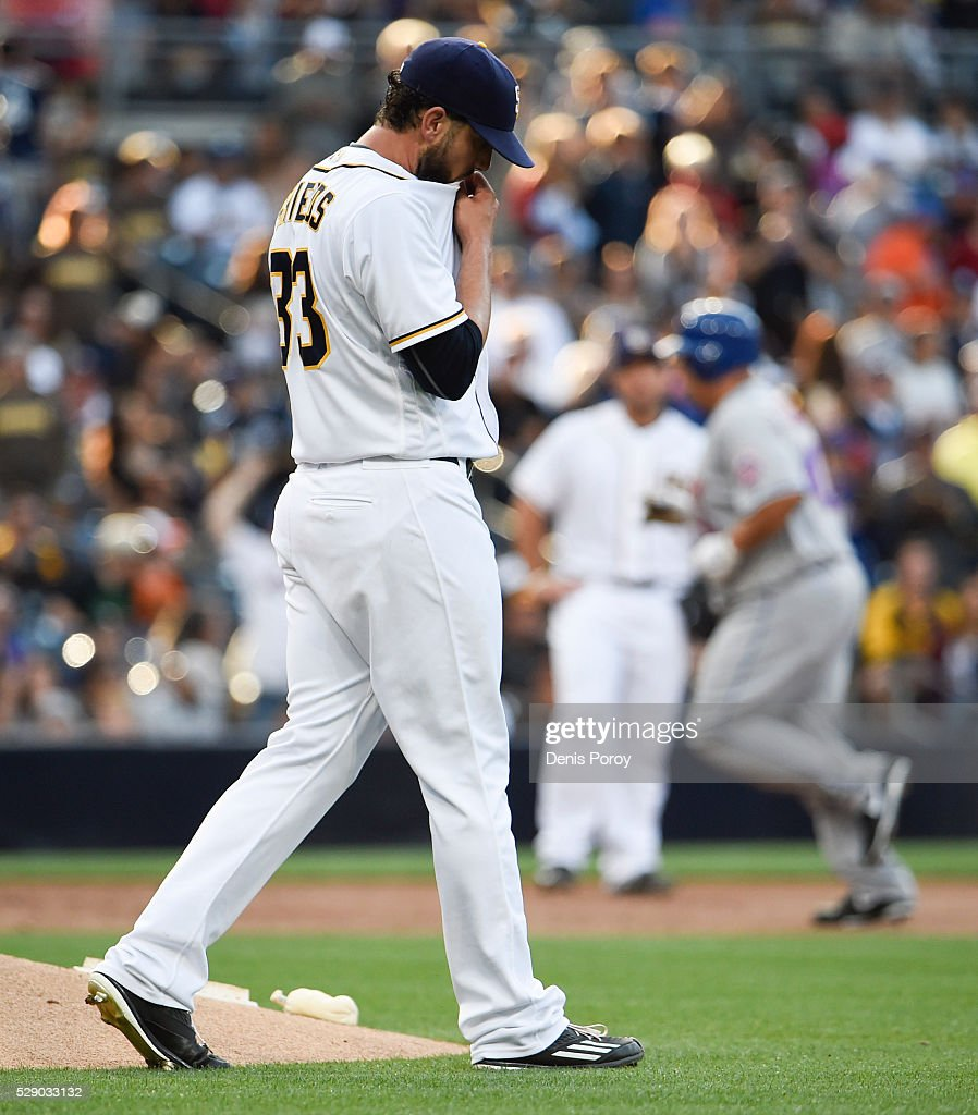 <a gi-track='captionPersonalityLinkClicked' href=/galleries/search?phrase=James+Shields+-+Jogador+de+basebol&family=editorial&specificpeople=8138267 ng-click='$event.stopPropagation()'>James Shields</a> #33 of the San Diego Padres steps off the mound after giving up a two-run home run to Bartolo Colon #40 of the New York Mets during the second inning of a baseball game at PETCO Park on May 7, 2016 in San Diego, California.