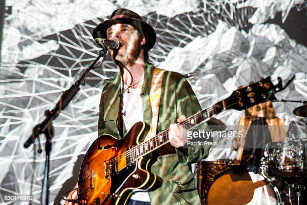 S BUSH LONDON GREATER LONDON UNITED KINGDOM James Skelly of The Coral performs at Shepherd's Bush Empire The Coral are an English rock band formed in...