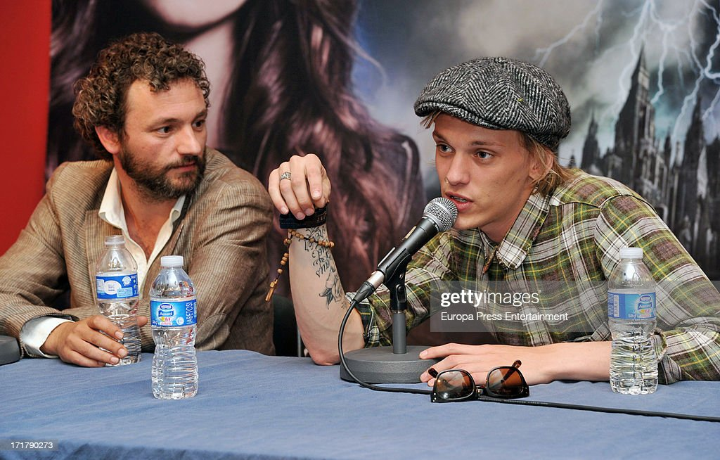 <a gi-track='captionPersonalityLinkClicked' href=/galleries/search?phrase=Jamie+Campbell+Bower&family=editorial&specificpeople=4586724 ng-click='$event.stopPropagation()'>Jamie Campbell Bower</a> signs autographs to fans of 'Shadow Hunters' on June 27, 2013 in Barcelona, Spain.