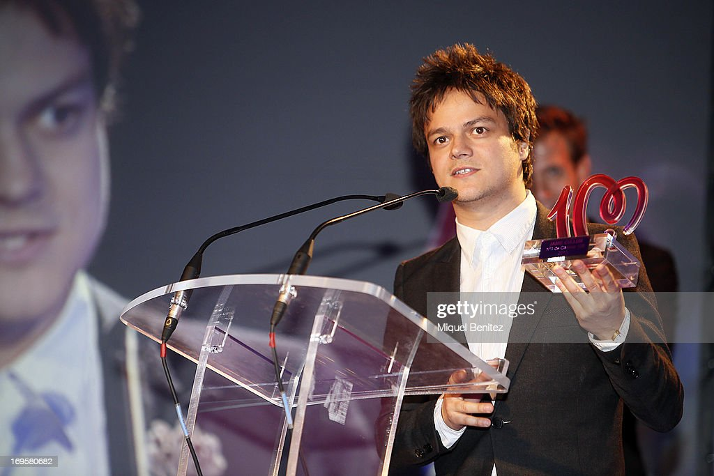 <a gi-track='captionPersonalityLinkClicked' href=/galleries/search?phrase=Jamie+Cullum&family=editorial&specificpeople=171467 ng-click='$event.stopPropagation()'>Jamie Cullum</a> receives his award of 'Cadena 100 Number 1 Awards 2013' on May 27, 2013 in Barcelona, Spain.
