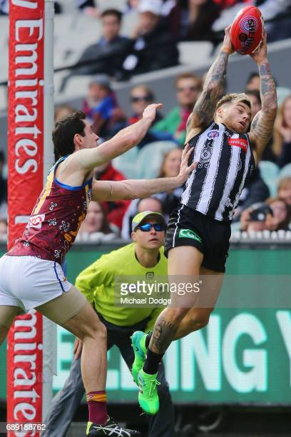 Jamie Elliott of the Magpies marks the ball during the round 10 AFL match between the Collingwood Magpies and Brisbane Lions at Melbourne Cricket...
