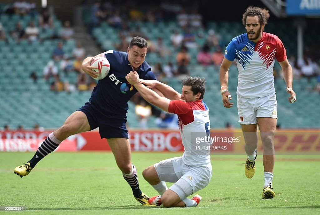Jamie Farndale of Scotland (L) is tackled by Steeve Barry of France (C) as his teammate Jonathan Laugel (R) looks on, in their Bowl quarter-final game in the Sydney Sevens rugby union tournament in Sydney on February 7, 2016. AFP PHOTO / Peter PARKS PARKS