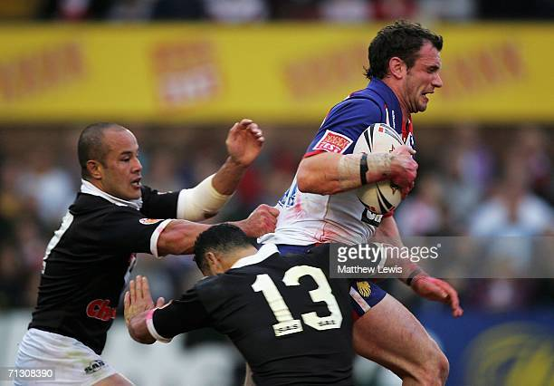 Jamie Peacock of Great Britainis breaks through the tackles of David Kidwell and Mony Betham of New Zealand during the XXXX Test match between Great...