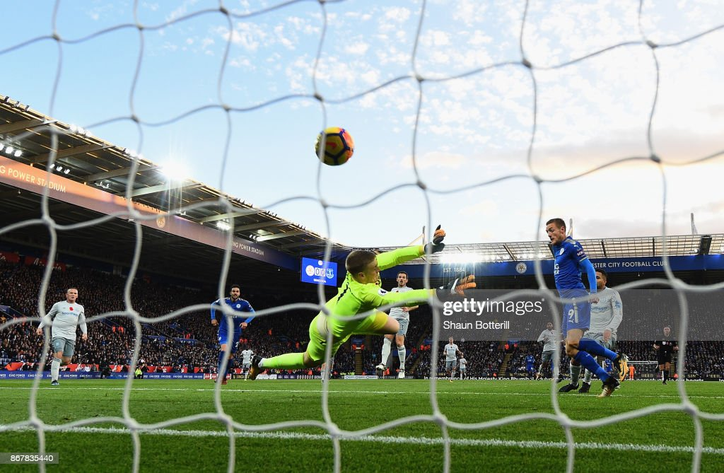 Jamie Vardy of Leicester City scores their first goa lduring the Premier League match between Leicester City and Everton at The King Power Stadium on October 29, 2017 in Leicester, England.
